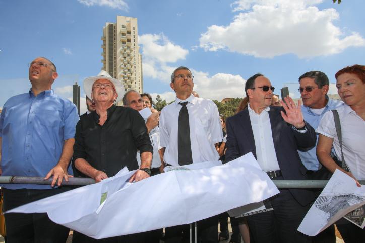 השופט דוד רוזן (במרכז) בסיור בפרויקט הולילנד בירושלים, 11.10.12 (צילום: אורן נחשון)