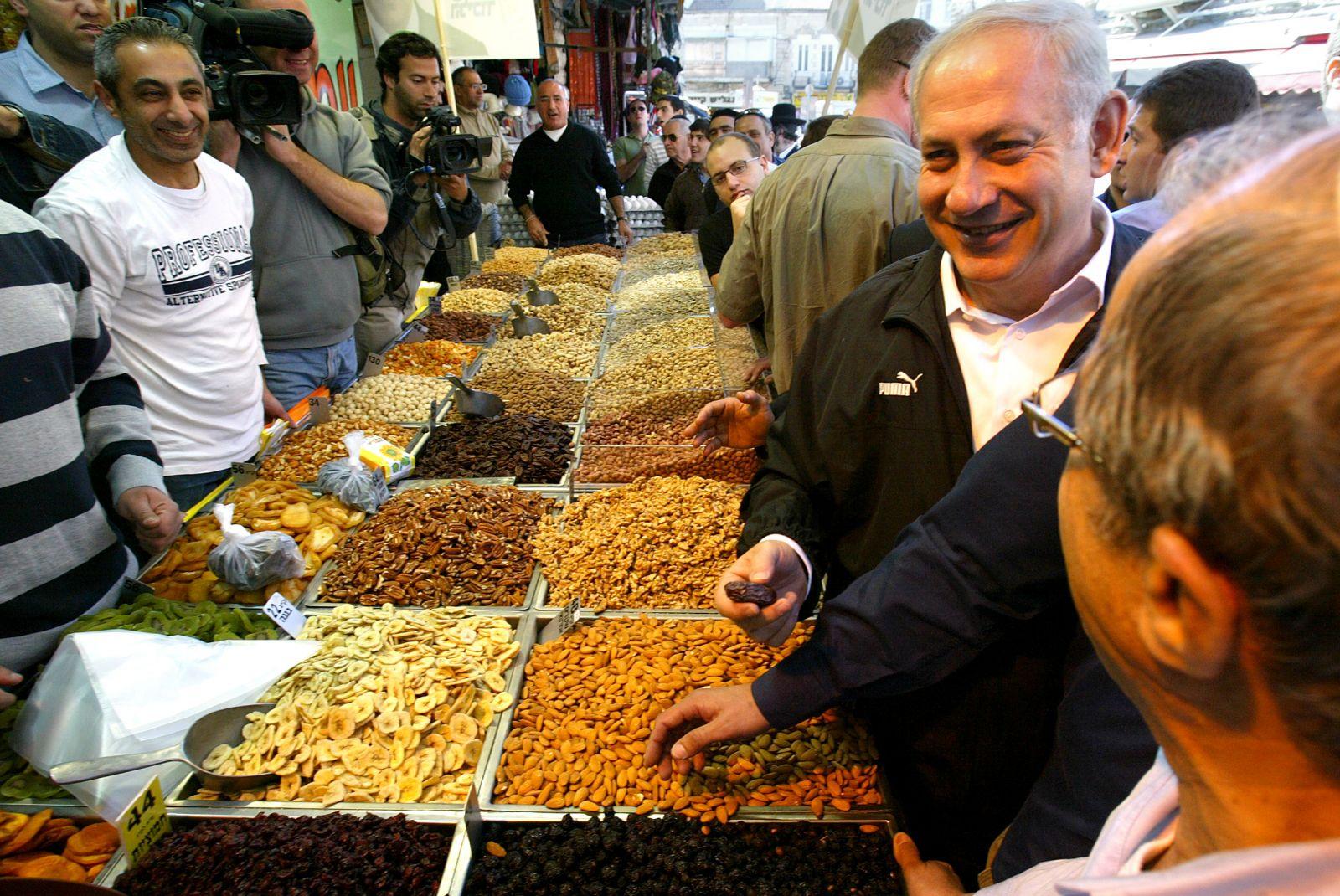 בנימין נתניהו מבקר בשוק מחנה-יהודה בירושלים לקראת בחירות 2009, שבסופן מונה לתפקיד ראש הממשלה (צילום: אוליביה פיטוסי)