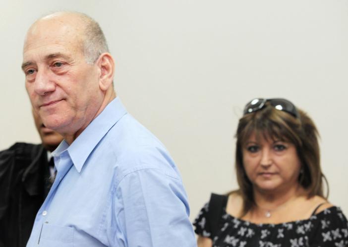 """אהוד אולמרט ושולה זקן בבית-המשפט המחוזי בירושלים בזמן משפט """"ראשונטורס"""", 6.5.10 (צילום: אריאל ירוזולימסקי)"""