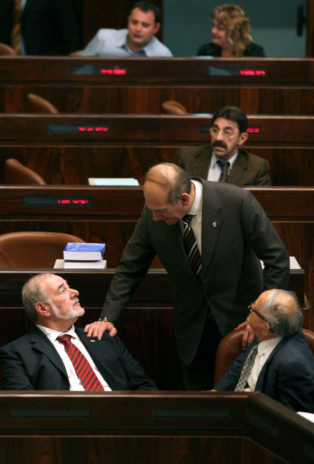 אולמרט בכנסת עם שר האוצר לשעבר אברהם הירשזון, שהורשע בגניבה. 2006 (צילום: פייר תורג'מן)