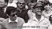 """משה ואסי דיין במצעד הניצחון ביום העצמאות, מתוך הסדרה """"החיים כשמועה"""""""
