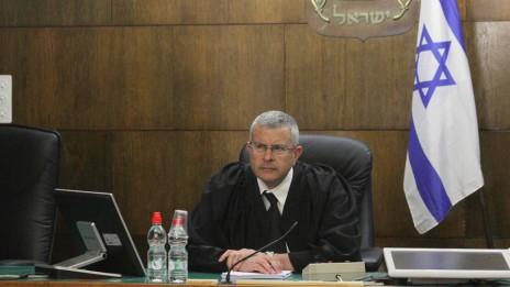 השופט דוד רוזן לאחר הכרעת הדין במשפט הולילנד, בית-המשפט המחוזי תל-אביב-יפו, 31.3.14 (צילום: עידו ארז)