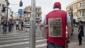 """מחלק עיתונים של """"ישראל היום"""". תל-אביב, 2.5.11 (צילום: הדס פרוש)"""