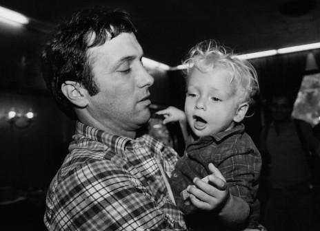 אסי דיין עם בנו ליאור, 1985 (צילום: משה שי)