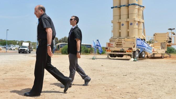 """שר הביטחון משה יעלון בביקור בבסיס טילי """"חץ"""" ליד פלמחים, 20.5.14 (צילום: יוסי זליגר)"""