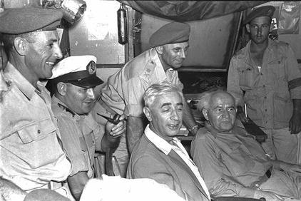 """ראש הממשלה דוד בן-גוריון ושר הביטחון פנחס לבון בביקור בבסיס צבאי, 15.10.1953 (צילום: לע""""מ)"""