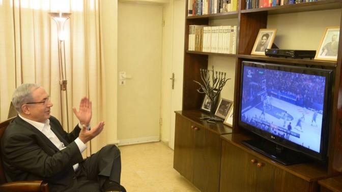 """ראש הממשלה בנימין נתניהו צופה במשחקה של מכבי תל-אביב בגמר אליפות אירופה בכדורסל, 18.5.14 (צילום: עמוס בן גרשום, לע""""מ)"""