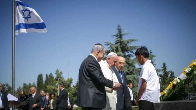 בנימין נתניהו ושמעון פרס עם האפיפיור פרנציסקוס. הר הרצל, 26.5.14 (צילום: אורי לנץ)