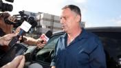 עמנואל רוזן עונה לשאלות עיתונאים בצאתו מחקירה משטרתית בחשד לביצוע עבירות מין, 18.7.2013 (צילום: פלאש 90)