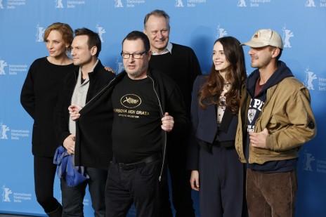 """הבמאי לארס פון-טרייר ושחקנים בסרט """"נימפומנית"""" בהקרנת חלקו הראשון בפסטיבל ברלין, 9.2.14"""