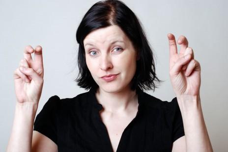 דוגמנית מדגימה באצבעותיה סימני מרכאות (צילום: שאטרסטוק)