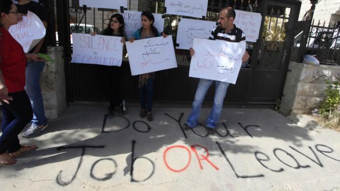 פלסטינים מפגינים מחוץ למפקדת הצלב האדום ברמאללה במחאה על היחס לשביתת הרעב של אסירים פלסטינים בבתי הכלא הישראלים, 28.5.14 (צילום: עיסאם רימאווי)