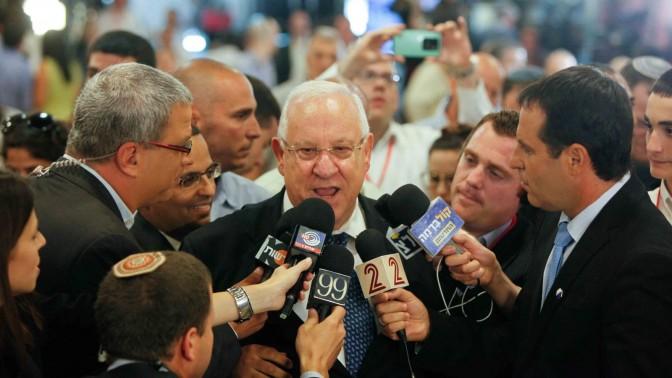 המועמד לנשיאות רובי ריבלין משוחח עם כתבים בעת הבחירות בכנסת, 20.6.14 (צילום: יונתן זינדל)