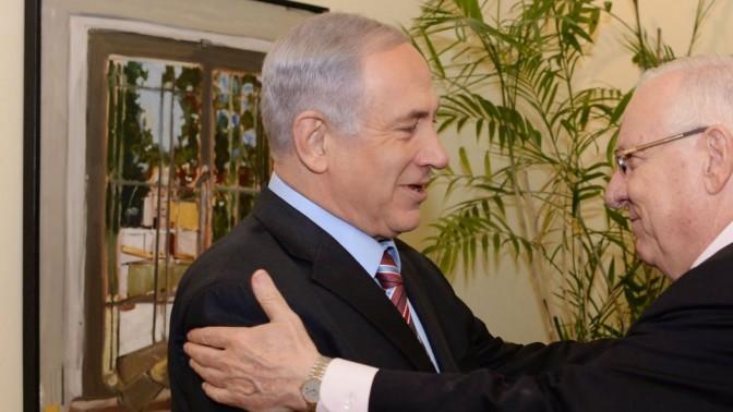 """הנשיא הנבחר רובי ריבלין מחבק את ראש הממשלה בנימין נתניהו, 11.6.14 (צילום: קובי גדעון, לע""""מ)"""