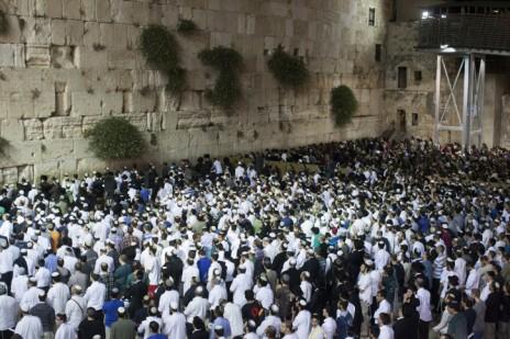 יהודים מתפללים ליד הכותל המערבי לשלומם של שלושת הנערים שנחטפו, 14.6.14 (צילום: יונתן זינדל)