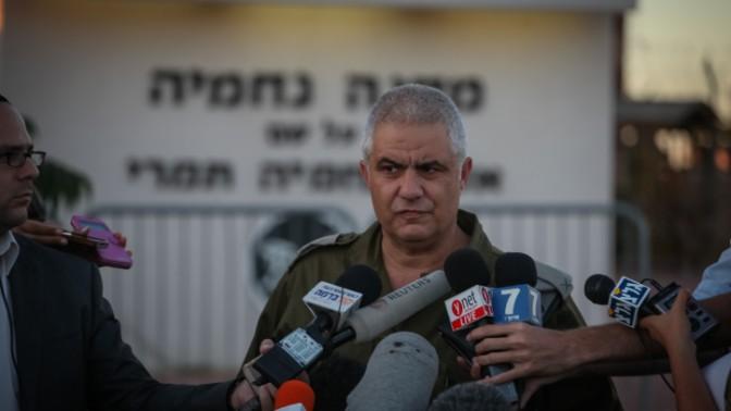 """דובר צה""""ל, מוטי אלמוז, מתדרך עיתונאים על הנערים החטופים, 15.6.14 (צילום: פלאש 90)"""