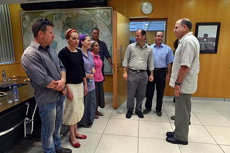 שר הביטחון משה יעלון בפגישה עם משפחות הנערים החטופים בבסיס הקריה בתל-אביב, 18.6.14 (צילום: אריאל חרמוני, משרד הביטחון)
