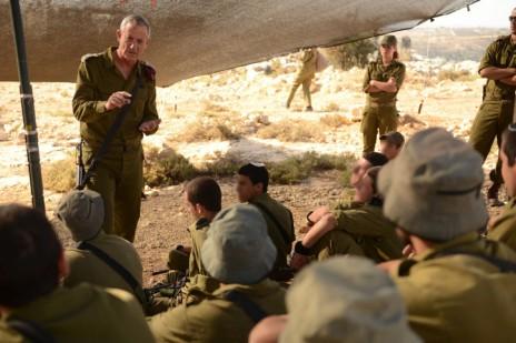 """הרמטכ""""ל בני גנץ מדבר עם חיילים, 18.6.14 (צילום: דובר צה""""ל)"""
