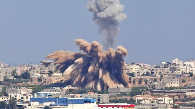 """תקיפה אווירית של צה""""ל ברצועת עזה, ביום השני של מבצע """"צוק איתן"""", 9.7.14 (צילום: יונתן זינדל)"""