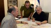"""ראש הממשלה, בנימין נתניהו, עם שר הביטחון משה יעלון, למחרת החטיפה (צילום: חיים צח, לע""""מ)"""
