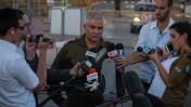 """דובר צה""""ל, מוטי אלמוז, משוחח עם עיתונאים. 12.6.14 (צילום: פלאש 90)"""