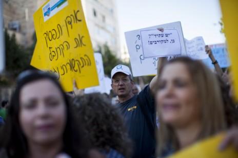 עובדי ערוץ 1 ובני משפחותיהם מפגינים מול משרד ראש הממשלה בירושלים נגד הכוונה לסגור את הרשות, 23.6.14 (צילום: יונתן זינדל)