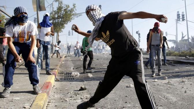 פלסטינים מיידים אבנים על כוחות המשטרה הישראלית בשכונת שועפט בירושלים, 3.7.14 (צילום: סולימן חאדר)