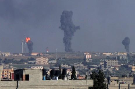 עשן מיתמר מכיוון שדה התעופה ברפיח, לאחר תקיפה ישראלית מן האוויר. 7.7.14 (צילום: עבד רחים חטיב)