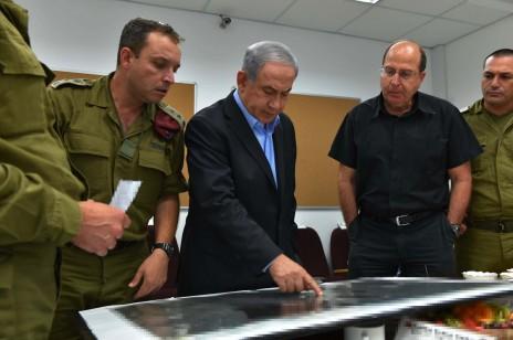ראש הממשלה בנימין נתניהו ושר הביטחון משה יעלון, 9.7.14 (צילום: אריאל חרמוני, משרד הביטחון)