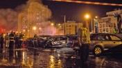 כבאים בזירת נפילת טיל מרצועת עזה בחצר בניין באשדוד, 10.7.14 (צילום: הדס פרוש)