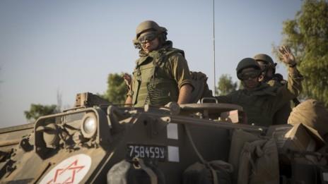 """חיילי צה""""ל ליד הגבול עם רצועת עזה, 10.7.14 (צילום: הדס פרוש)"""