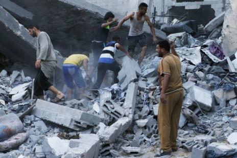 """הריסות בית משפחת גנאם ברפיח, שנפגע מירי צה""""ל. 5 נהרגו, ובהם אשה וילד בן 7. 15 נפצעו (צילום: עבד רחים ח'טיב)"""