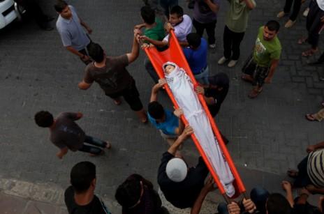"""הלוויית ילד ממשפחת שייבר, שנהרג בהפצצת צה""""ל בעזה, 17.7.14 (צילום: עימאד נאסר)"""