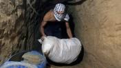 פלסטיני רעול פנים מעביר שק במנהרה, היום לפני שש שנים. רצועת עזה, 29.7.08 (צילום: פאדי עדואן)