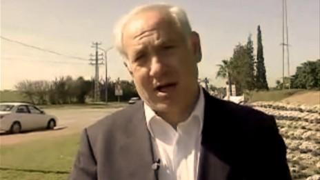 """יו""""ר האופוזיציה בנימין נתניהו קורא למוטט את שלטון חמאס בעזה בביקור באשקלון לאחר נפילת טיל גראד, 3.2.09 (צילום מסך)"""