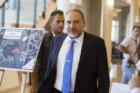 שר החוץ אביגדור ליברמן חולף על פני תצוגת הסברה להצדקת המבצע בעזה. הכנסת, 24.7.14 (צילום: פלאש 90)