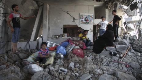 פלסטינים בוחנים את חורבות ביתם בשכונת אל-תופאח ברצועת עזה, 6.8.14 (צילום: עימאד נסאר)