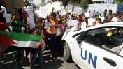 """ילדים פלשתינים מפגינים מחוץ לבית ספר של אונר""""א ברצועת עזה, 11.8.14 (צילום: עבד רחים כתיב)"""
