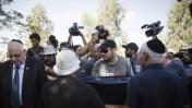 צלמים בהלווית הילד דניאל טרגרמן שנהרג בנחל-עוז מפצצת מרגמה שנורתה מרצועת עזה, בית הקברות בחבל שלום, 24.8.14. משמאל: נשיא המדינה ראובן ריבלין (צילום: הדס פרוש)