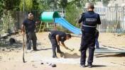 אנשי ביטחון בגן ילדים שנפגע מרקטה פלשתינית שנורתה מרצועת עזה, אשדוד, 26.8.14 (צילום: פלאש90)