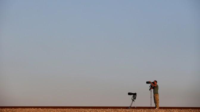 """צלם עיתונות מתעד תנועת כוחות בגזרת הדרום. מבצע """"צוק איתן"""", 23.7.14 (צילום: נתי שוחט)"""