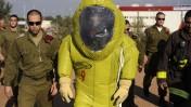 """גבי אשכנזי, בחליפת הגנה צהובה, מסייר בבסיס של פיקוד העורף לקראת פרישתו מצה""""ל. 11.1.11 (צילום: דובר צה""""ל)"""