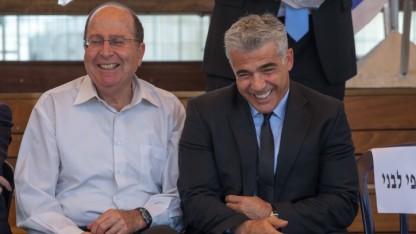 שר האוצר יאיר לפיד ושר הביטחון משה יעלון (צילום: אמיל סלמן)