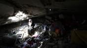 """פלסטינית יושבת בחורבות ביתה שנהרס בהפצצת צה""""ל במהלך מבצע """"צוק איתן"""", ממזרח לחאן-יונס, 13.9.14 (צילום: עבד רחים כתיב)"""