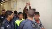 צעירים פלשתינים החשודים ביידוי אבנים, הצתת תחנת דלק ושוד חנות נוחות בשכונה יהודית במזרח ירושלים בדרכם לבית המשפט המחוזי בעיר, 17.9.14 (צילום: נועם ריבקין)