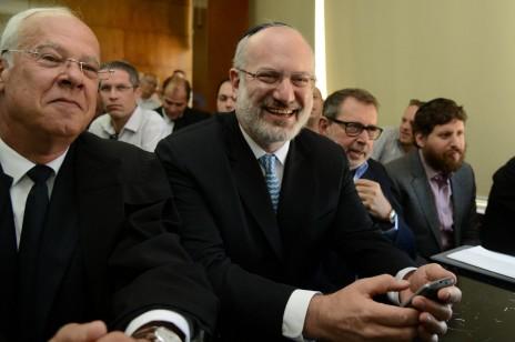 אדוארדו אלשטיין (במרכז) באחד הדיונים על גורל אי.די.בי בבית-המשפט המחוזי בתל-אביב. 6.6.13 (צילום: פלאש 90)