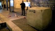 מחסום בטון שהוצב בתחנת הרכבת הקלה בירושלים, לאחר עוד פיגוע דריסה נגד הממתינים בתחנה, 5.11.14 (צילום: יונתן זינדל)