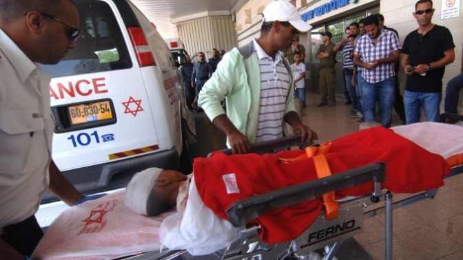 ילד בדואי שנפצע מירי הקסאם שהרג את עודה אל-וואג', מובא לטיפול בבית-החולים סורוקה בבאר-שבע, 11.7.14 (צילום: פלאש 90)