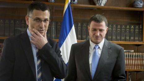 """השר המתפטר גדעון סער ויו""""ר הכנסת יולי אדלשטיין, 3.11.14 (צילום: מרים אלסטר)"""