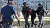 שוטרים עוצרים צעיר ערבי במהלך מהומות בכפר כנא, 9.11.14 (צילום: פלאש 90)